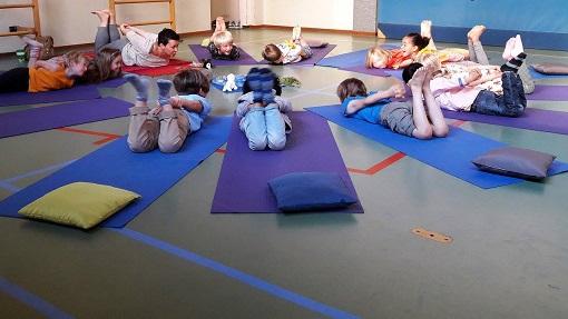 Yogapraktijk OmiYoga - Yoga op school in de gymzaal
